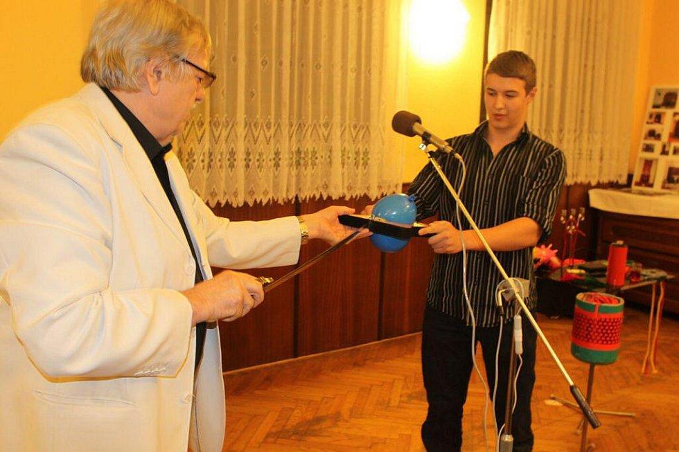 Jaroslav Hadaš si pozval z obecenstva pomocníka.