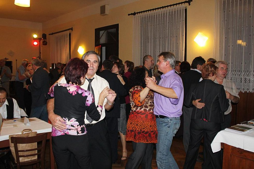 Na první ples sezóny se tancechtiví lidé vždycky těší.