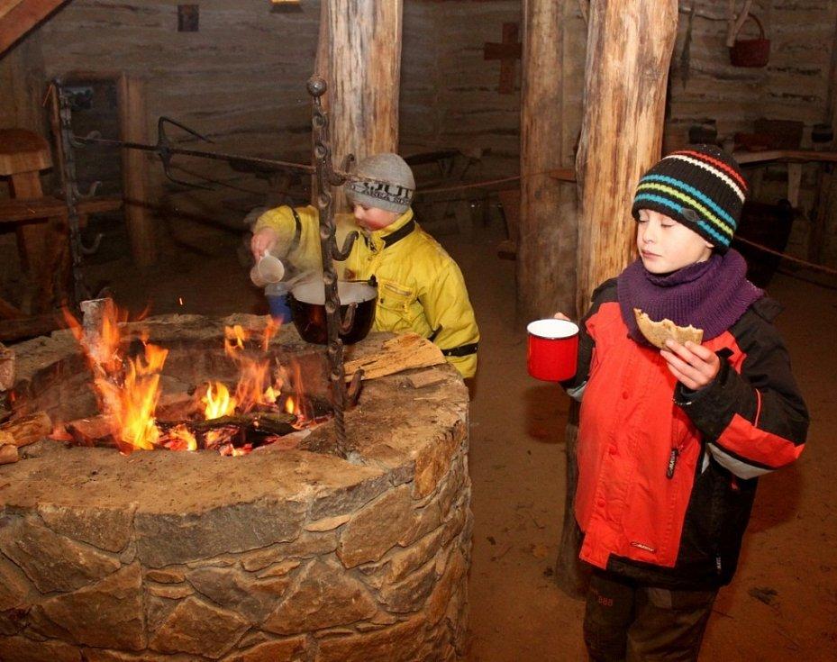 Skautíci se museli starat o oheň a přípravu jídla. Potraviny jim však Slované do jejich příbytků nepřivezli. Ty si skauti museli přinést ze svých domovů.