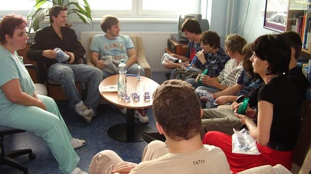 """Studenti uherskohradišťské """"průmyslovky"""" si po předání daru nemocnici našli čas i na posezení s personálem dětského oddělení."""