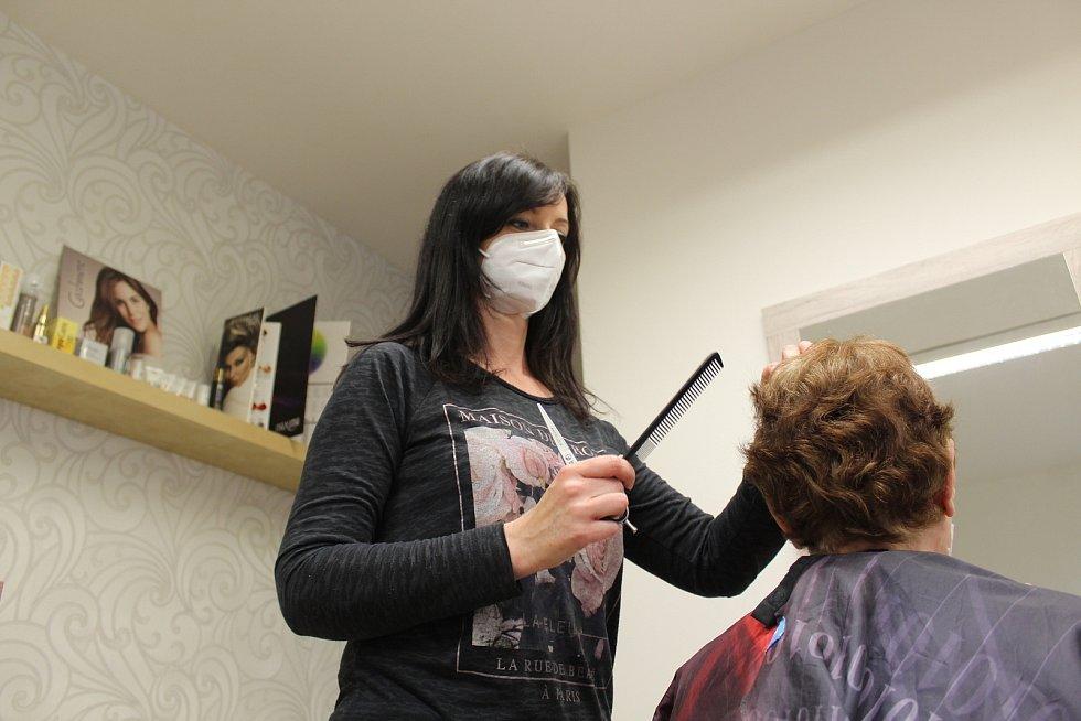 Bezmála půl roku byla v naší zemi kvůli koronavirovým omezením zavřená kadeřnictví. Také v Uherském Hradišti je otevřeli v pondělí 3. května. Kadeřnictví Martina.