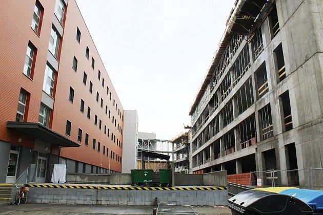 V nové budově interny budou mít pacienti k dispozici celkem 141 lůžek (121 interna, 20 dětské oddělení), devět lůžek získá návazná intenzivní péče a sedm dětská JIP. Náklady na její vybudování se vyšplhají na 296 milionů korun bez DPH, z toho 13 milionů p