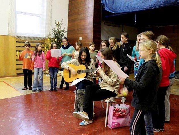 Hry, soutěže, zpěv a obdarování patří k těšení se na Vánoce.