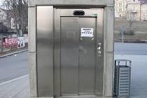 """Informační leták """"Mimo provoz"""" visí na dolních dveřích výtahu,  z těch horních jej někdo strhl."""