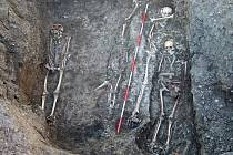 Odkryté hroby. Vlevo hydrocefalus, uprostřed dětský hrob, vpravo ženský hrob zahloubený do mužského.