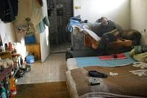 Většina bezdomovců se před mrazy ukrývá v nádražních budovách, suterénech budov a obchodů. Ti šťastnější se zabydleli v opuštěných budovách Foto: Městská policie Uh. Hradiště