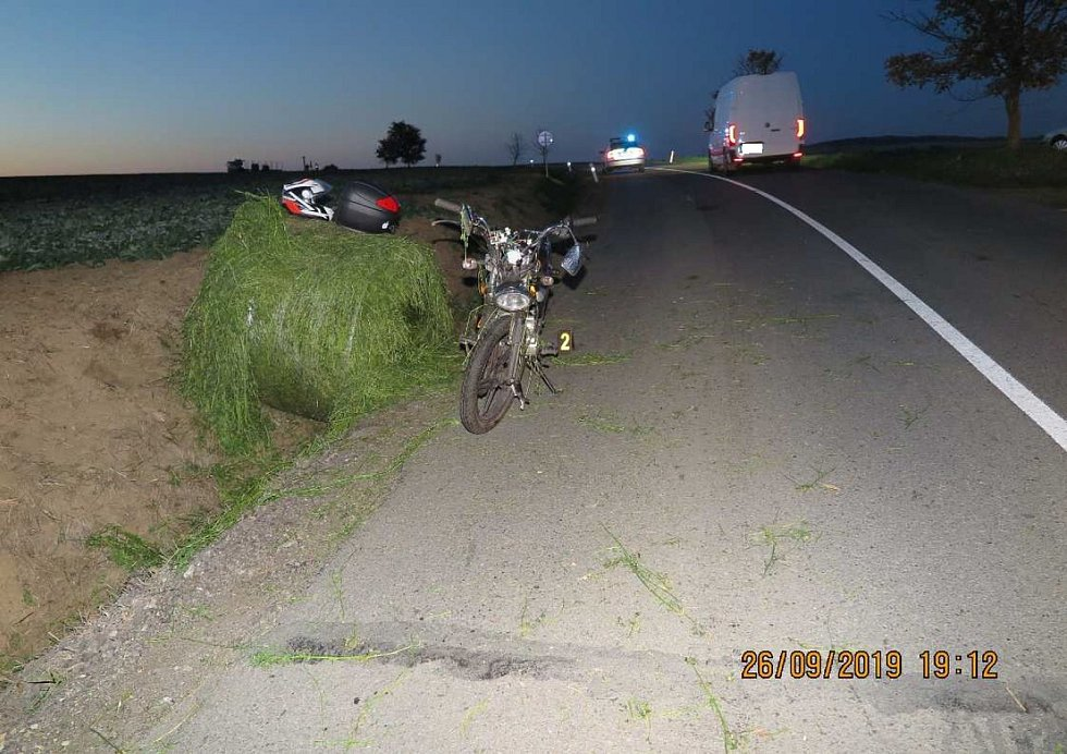 Motocyklistu sestřelil balík sena padající z valníku