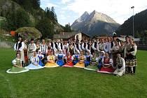 Cifra a bulharský soubor pod alpskými velikány.