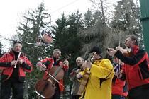 """Během """"slováckého"""" odpoledne muzikantů pod lanovkou přibývalo..."""