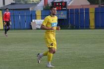 Fotbalisté divizního Strání (žluté barvy) v pátečním přípravném zápase deklasovali Boršice 8:0.