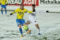 Zkušený záložník Slovácka Milan Petržela (v bílém dresu) proti Teplicím.