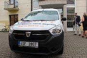 Senior centrum v Uherském Hradišti převzalo v úterý 19. září nový automobil Dacia Dokker, který doplní její už tříčlenný vozový park.