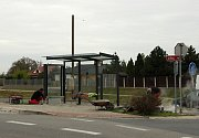 Nových přístřešků v Uherském Hradišti se dočkaly čtyři zastávky v Jarošově. Nově má také moderní přístřešek zastávka u Uherskohradišťské nemocnice a práce skončily také na autobusovém zastavení u tamního vlakového nádraží.