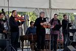 K desátému jubileu Archeoskanzenu Modrá přišel v pátek večer gratulovat Jiří Pavlica s Hradišťanem a Pavel Žalman & spol.