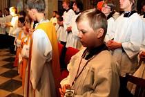 POUTNÍ MŠE. Při bohoslužbě v bazilice převládali hoši, kteří byli oblečeni do černočerných komží a zářivě bělostných rochet.