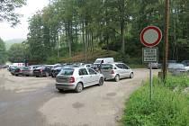 Takto parkovali houbaři na točně autobusů, policisté jim udělili pokuty.