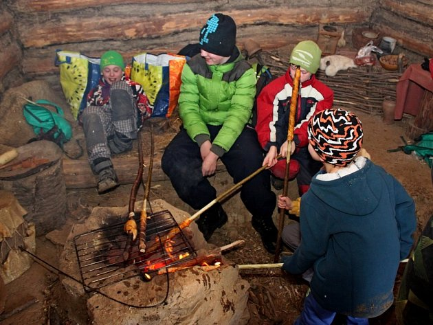 V CHÝŠÍCH SLOVANŮ. Skautíci se museli starat o oheň a přípravu jídla. Potraviny jim však Slované do jejich příbytků nepřivezli. Ty si skauti museli přinést ze svých domovů.