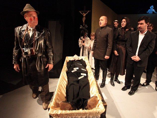 Hra Cena facky aneb Gottwaldovy boty ve Slováckém divadle v Uherském Hradišti.