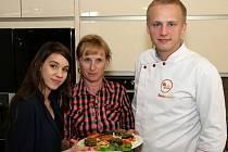 V kuchařském studiu se sešli Alena Neugebauerová (uprostřed), šéfkuchař Radek Jakubec a herečka Michaela Doubravová.