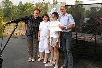 Zástupci uherskohradišťské charity převzala finanční dar na podiu festivalu v Ostravě