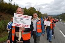 Necelá stovka demonstrantů protestovala u Starého Hrozenkova proti slovenským vládním reformám.