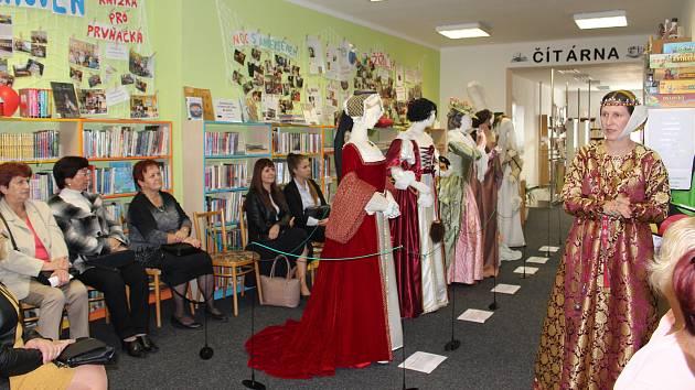 Osmero modelů replik historických šatů různých šlechticů a šlechtičen, včetně jednoho dětského, mohou až do pátku 4. října obdivovat návštěvníci Místní knihovny v Dolním Němčí.