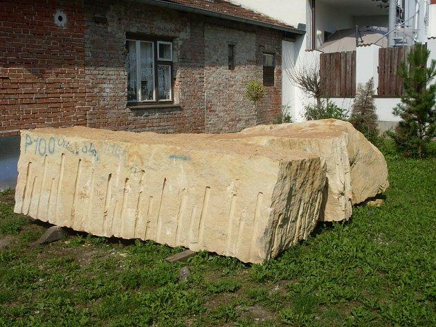 Kamenné bloky pro sochařské sympozium už jsou přichystány, teď už stačí jen začít.