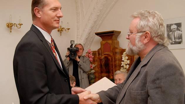 Jiří Jilík (vpravo) obdržel cenu z rukou starosty Jaroměře.