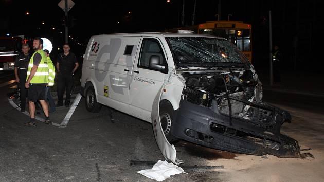 Auto bezpečnostní agentury na křižovatce prudce srazila slovenská dodávka. Oba muži ve voze byli zraněni.