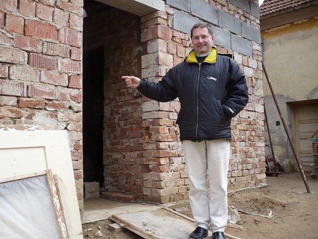 Na rekonstrukci fary, jejíž součástí budou i nové veřejné toalety, dohlíží místní farář František Král.