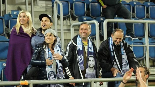 Zápasy Libora Doška pravidelně sledují manželka Romana, otec Libor Došek starší (uprostřed) i útočníkův velký fanoušek František Malinka.