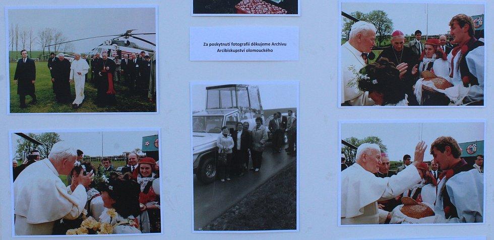 Symbolicky v den výročí 100 let od narození Svatého otce Jana Pavla II., položili v pondělí 18. května navečer nedaleko Tupes základní kámen pro památník návštěvy tohoto prvního slovanského papeže v našem regionu. Návštěvu připomínala tabla s fotkami udál
