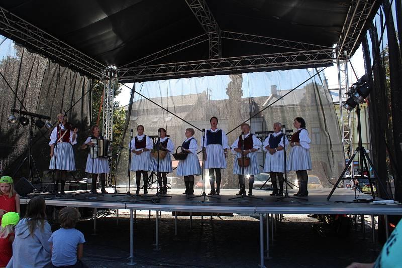 Slovácké slavnosti vína a otevřených památek v Uherském Hradišti. Na Mariánském náměstí.