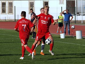 Fotbalisté Uherského Brodu (v červených dresech) proti Hodonínu