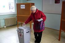 K volebním urnám v Uherském Hradišti přišli první voliči už před čtrnáctou hodinou.