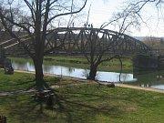 Mladíci si to přes řeku Moravu střihli po mostním oblouku.