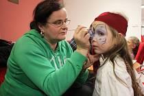 Barvami proměňuje tváře dětí i dospělých