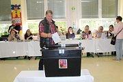 Ve Vesnici roku 2018, v Dolním Němčí, odvolilo po dvou hodinách 10 procent voličů. Přišel i starosta František Hajdůch.