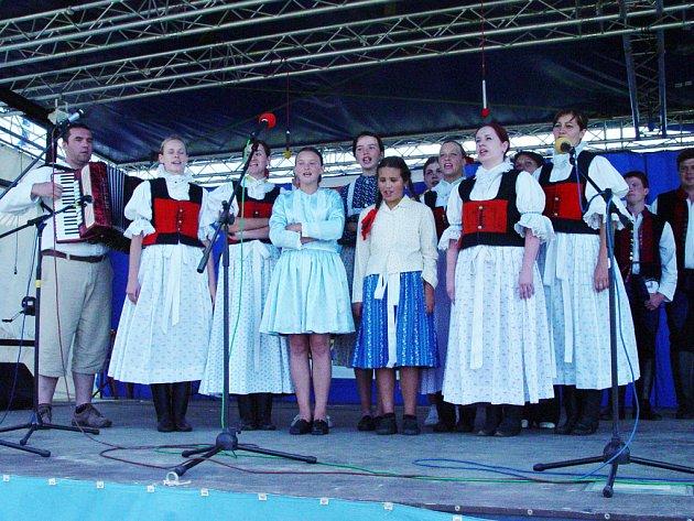 Vlastimil Ondra (vlevo) a zpěváci z Nivnice.