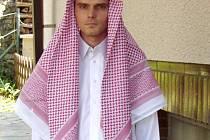 Jiří Novák v tradičním arabském oblečení.
