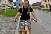 Michal Frecer z Velehradu si vyrobil bicykl s dřevěným rámem.