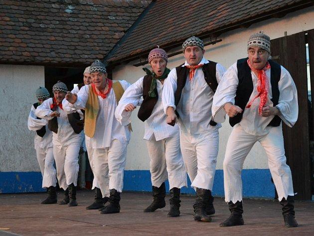 Přírodní areál v Kunovicích patřil v pátek večer slovenskému souboru Poleno a pražskému divadlu BUFO.