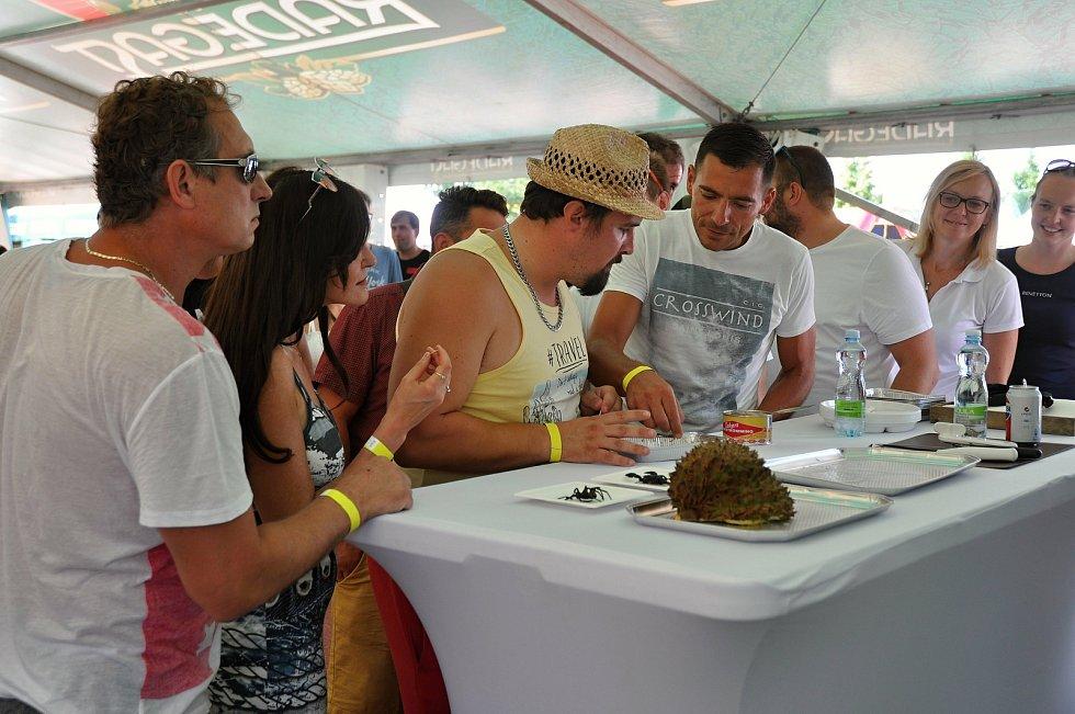 """Návštěvníci nedělního programu (9. srpna 2020) gastrofestivalu v Kunovicích na Uherskohradišťsku ochutnávají """"nejsmradlavější"""" jídlo na světě - švédskou rybí specialitu surströmming."""