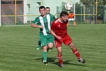 Fotbalisté Ostrožské Nové Vsi (zelenobílé dresy) v derby se sousedním Uherským Ostrohem.