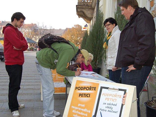 Podpisy proti Nečasově kabinetu přibývají i v Uherském Hradišti.
