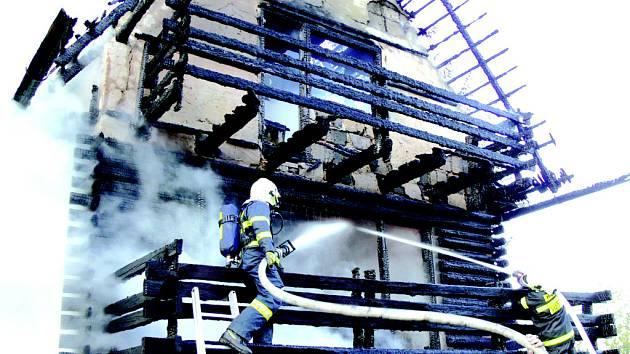 Několik hodin bojovali hasiči s požárem chaty na Sirákově.