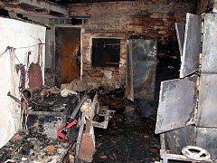 Střecha hospodářské budovy u rodinného domu v Jalubí hořela v neděli 21. března v noci.