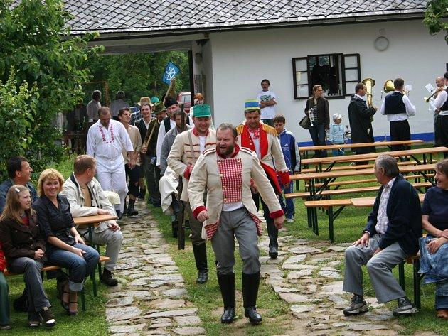 Mužský pěvecký sbor v Tupesích zorganizoval regrutskou obchůzku na motivy odvodů.