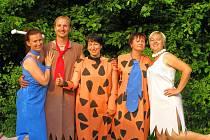 Učitelé v kostýmech Flintstoneových.
