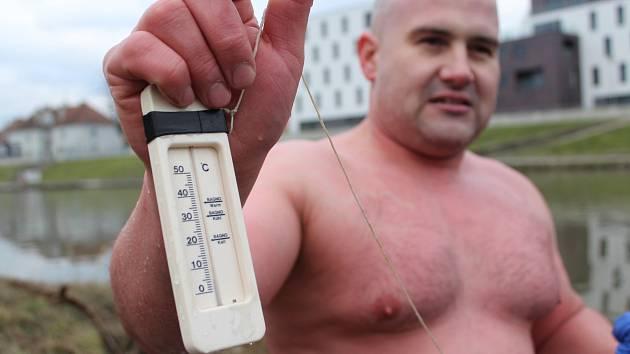 Otužilci pokořili na Štěpána ledovou řeku Moravu v Uherském Hradišti .